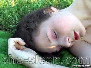 Cute teenije gets pussy creamed while she sleeps outdoor – VIDEO
